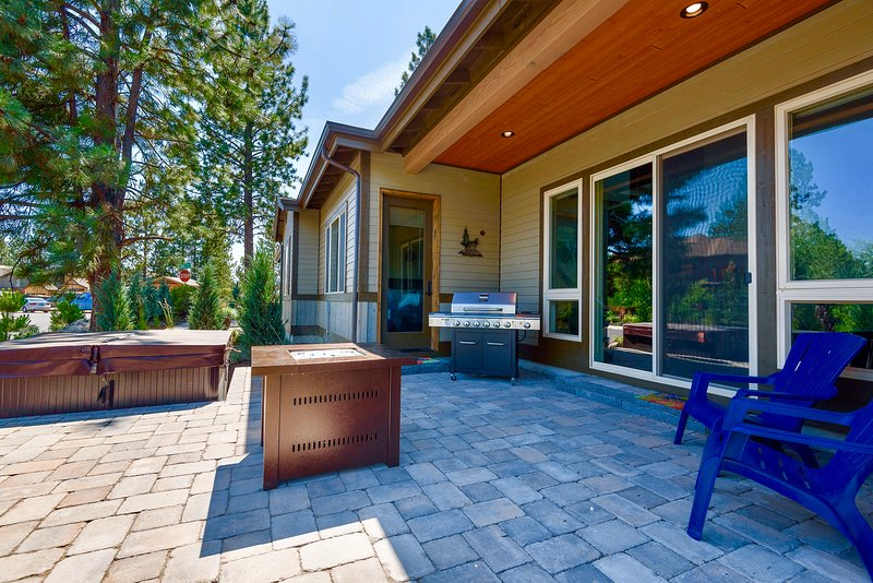 Come relax on the back patio with Firepit, Jacuzzi and BBQ