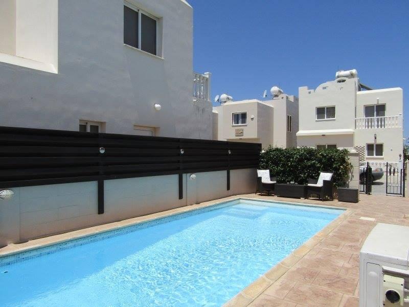 Bienvenido a Villa Darlia en Pernera con pasos romanos en una hermosa piscina privada.