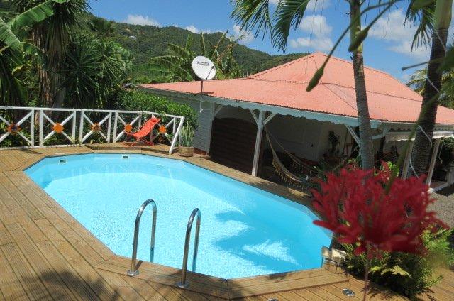 La piscina y su cubierta.
