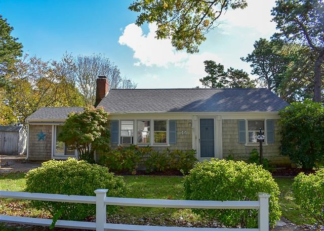 Two bedroom home less than 1 mile to Nantucket Sound Beaches, location de vacances à South Harwich
