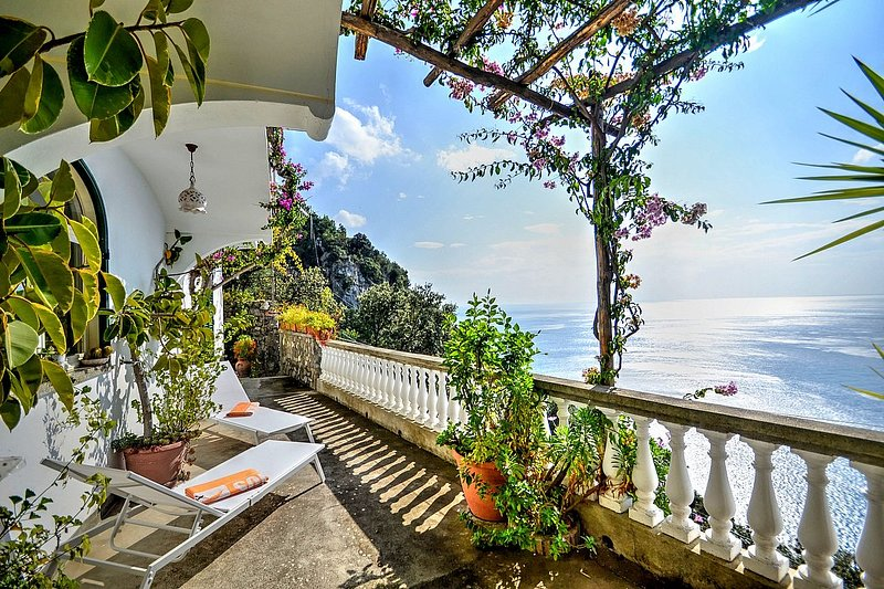 Positano Holiday Home Sleeps 2 with Air Con and WiFi - 5228654, holiday rental in Nocelle