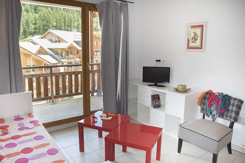 Retreat to our colourful apartment in Les Orres 1800!