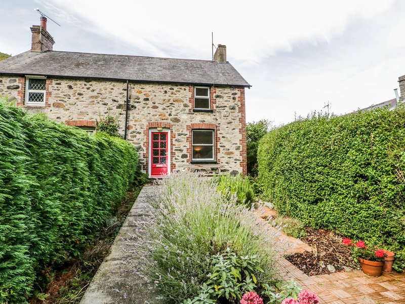 2 BROOKSIDE, woodburning stove, rustic cottage, in Capelulo, holiday rental in Penmaenmawr