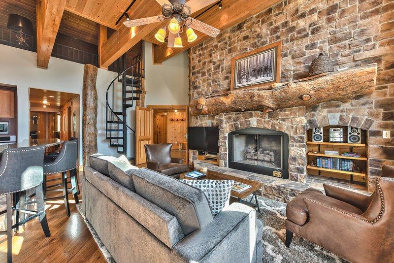 Black Bear 408A decorado profesionalmente - Gran salón con sala de estar, área de comedor y cocina con pisos de madera noble en todo