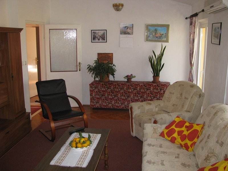 Apartment f/6 persons ,6 beds 3 bedrooms,  free car parking and 3 a/c free, vacation rental in Dubrovnik