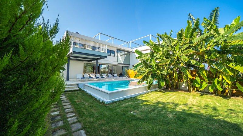 Prestige 2 Luxury Villa, 250m From Agioi Apostoloi Beach Chania, holiday rental in Kalamaki