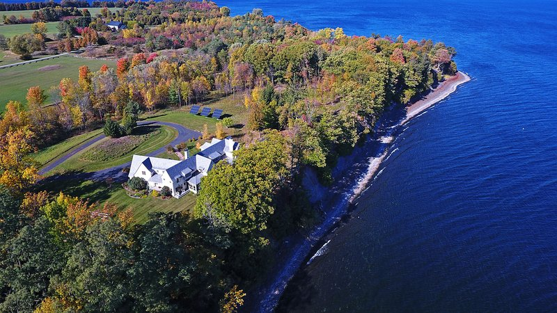 Stunning South Hero Home on Lake Champlain w/Views, location de vacances à Milton
