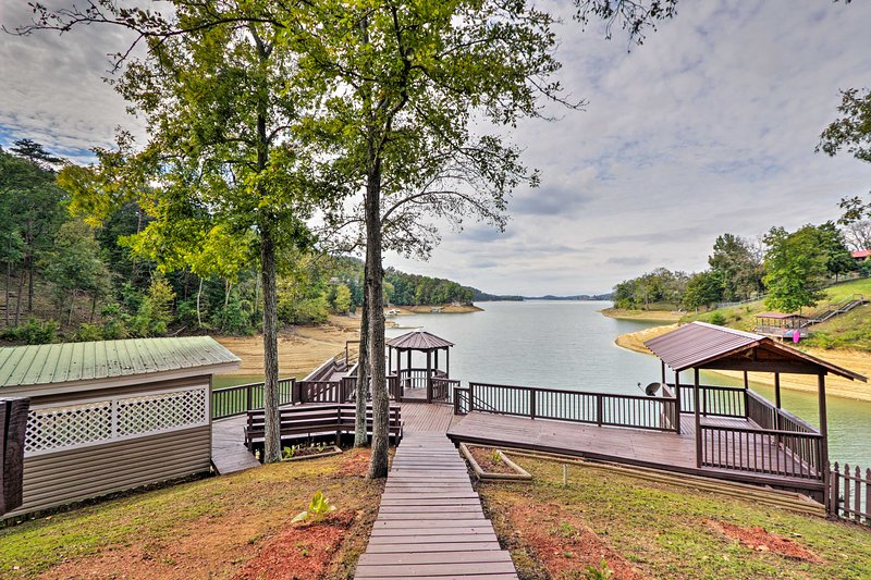 Remodeled Lakefront Dandridge Home w/ Deck & Dock!, holiday rental in Dandridge