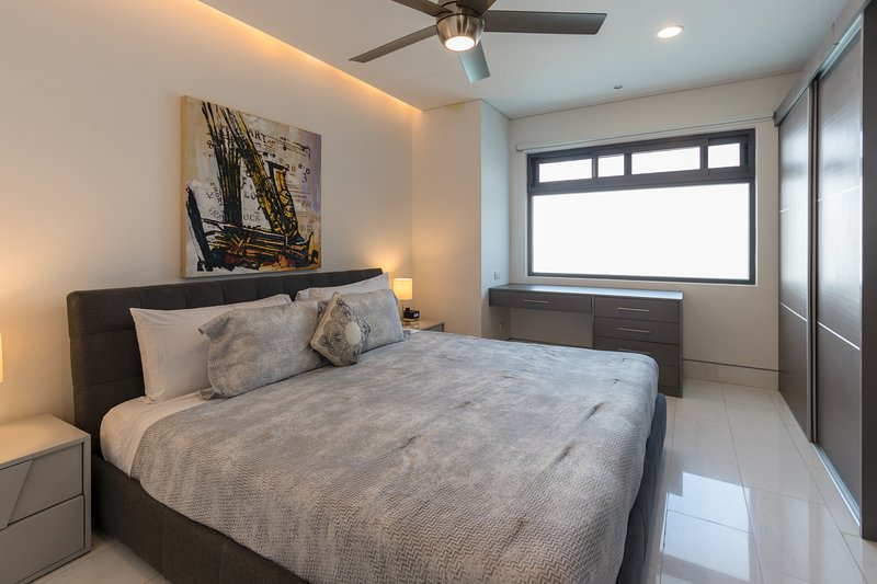 Mater suite with king bed and en suite bathroom