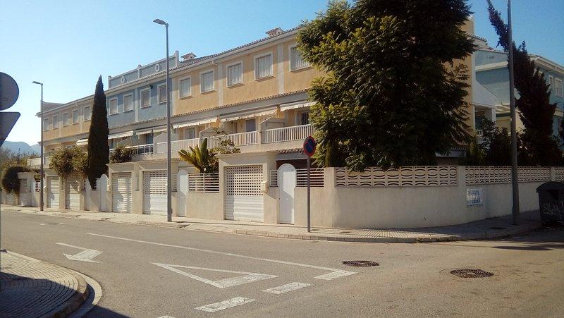 Casa unifamiliar bajo y dos plantas : Family Only. Solo familias., holiday rental in Grau de Gandia
