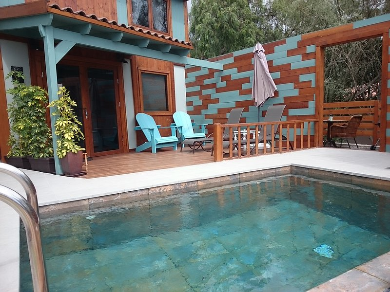 Vista frontale della casa, terrazza, piscina in comune con l'altra casa e accesso al barbecue