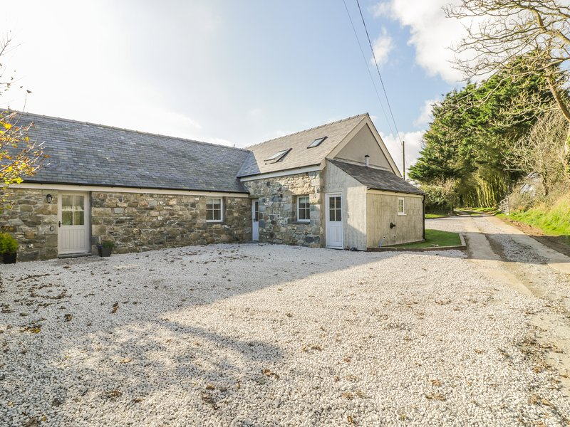 HORSESHOE COTTAGE, hot tub, enclosed garden, near Abersoch, vacation rental in Llangian