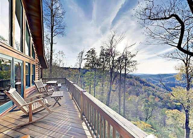 SkyRidge: Lodge-Style Home w/ Private Hot Tub, Fireplaces, Mountain-View Deck, Ferienwohnung in Mars Hill