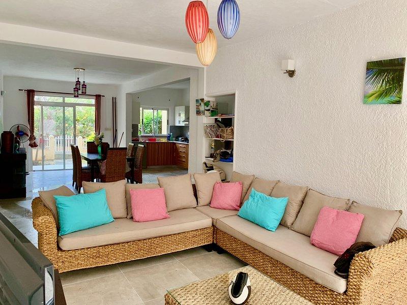 Sala de estar, sala de jantar com vista para o jardim
