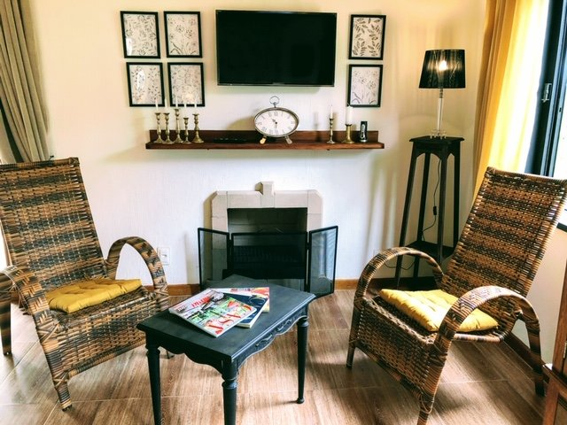 Seating area with fireplace,comfortable chairs,wifi,smartv and Netflix