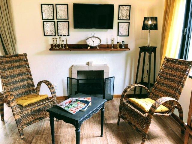Área de estar com lareira, cadeiras confortáveis, wifi, smartv e Netflix