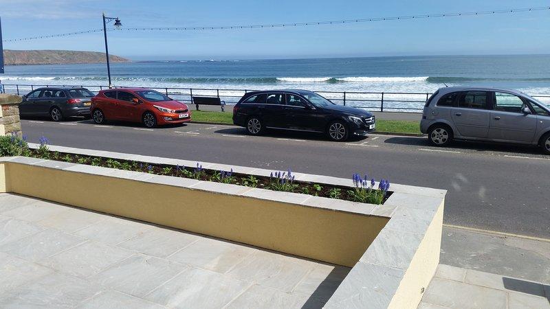 Amplio apartamento en planta baja con vista al mar y patio privado. Perro amable