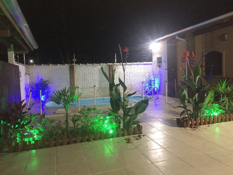Casa com piscina, 4 suítes, 5 banheiros, 4 vagas carros pequenos e churrasqueira, holiday rental in Caraguatatuba
