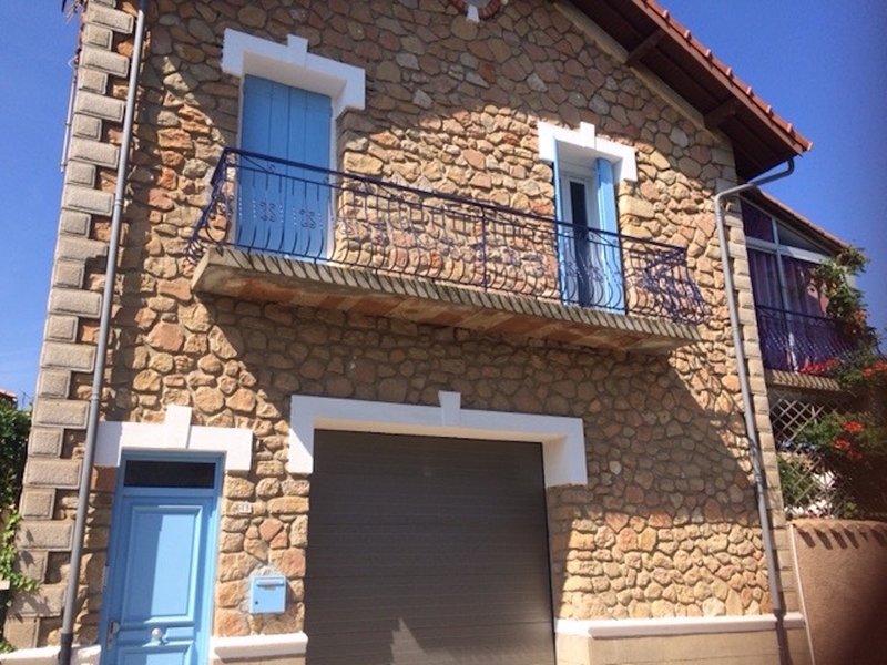 Charming house with new pool, sleeps 8;  5mns walk to shops, aluguéis de temporada em Pinet