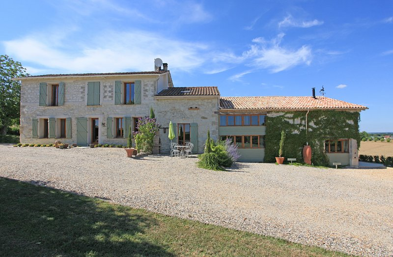 Fabulous 8 bedroom farmhouse property with heated pool near Eymet, Dordogne, holiday rental in Peyriere