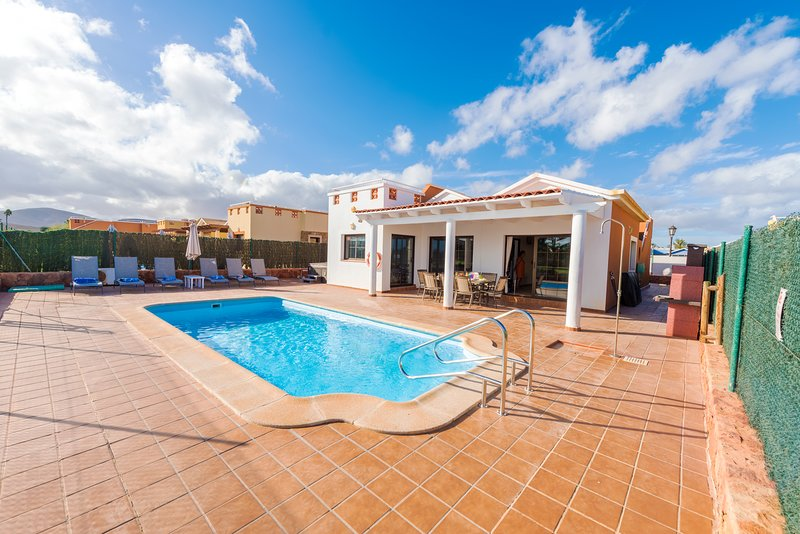 Villa with swimming pool and WIFI located on the golf course in Caleta De Fuste, holiday rental in Caleta de Fuste