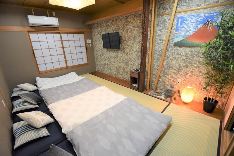 Osaka Hanazonocho U-home! Japanese TATAMI house,Near Nanba Area! Max 7ppl, casa vacanza a Osaka