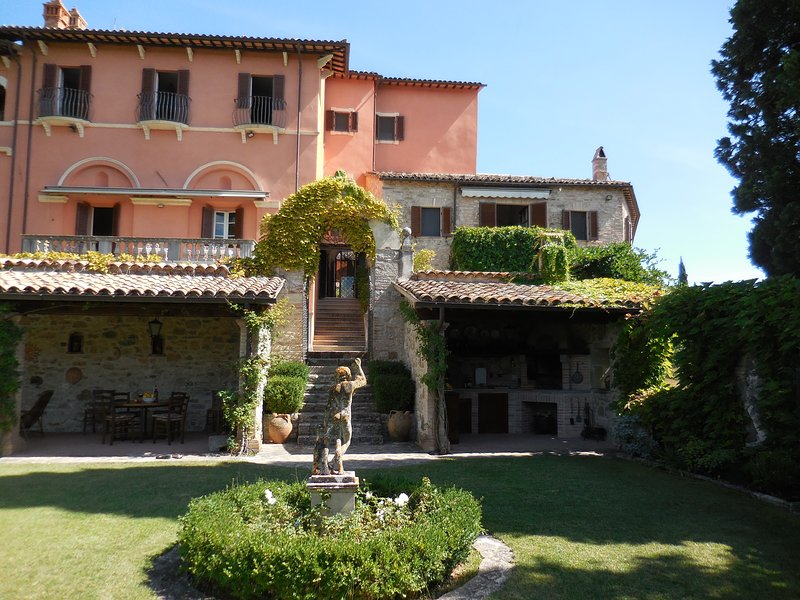 LARGE HOLIDAY PROPERTY FOR GROUPS, Ferienwohnung in Romazzano