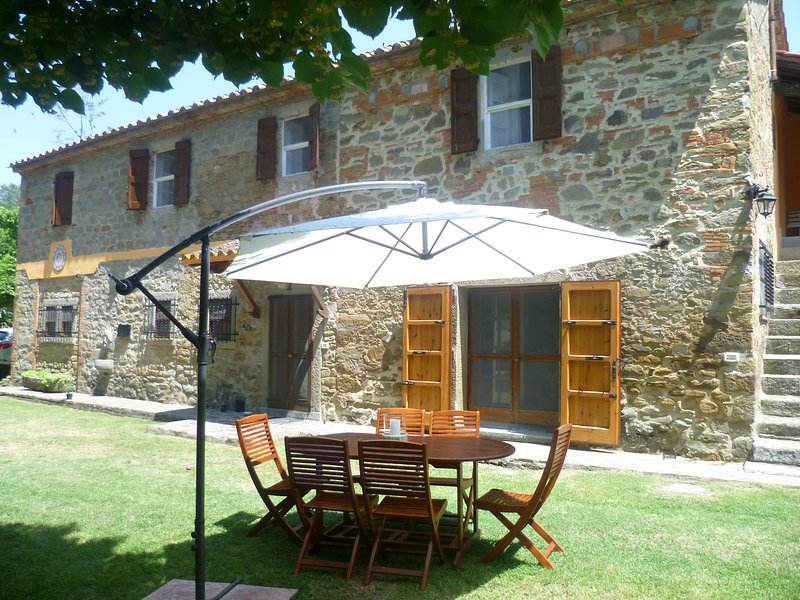 Spacious villa with swimming-pool, aluguéis de temporada em Tuoro sul Trasimeno
