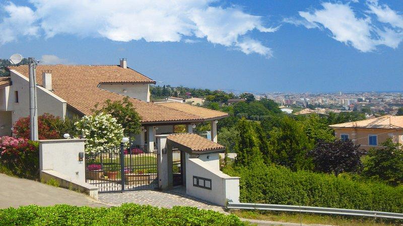 App. l'Aurora in Villa: aria condizionata, balcone vista mare, riparato, fresco., vacation rental in Tortoreto