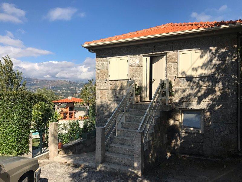 Beautiful villa with swimming-pool, casa vacanza a Resende