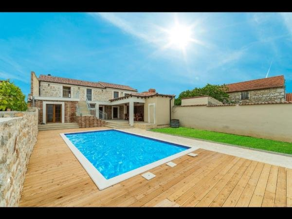 Stone villa Anita with pool for 12 person, casa vacanza a Sukosan