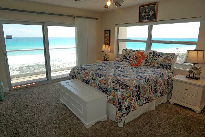 Dormitorio principal con impresionantes vistas y acceso al balcón frente al golfo.