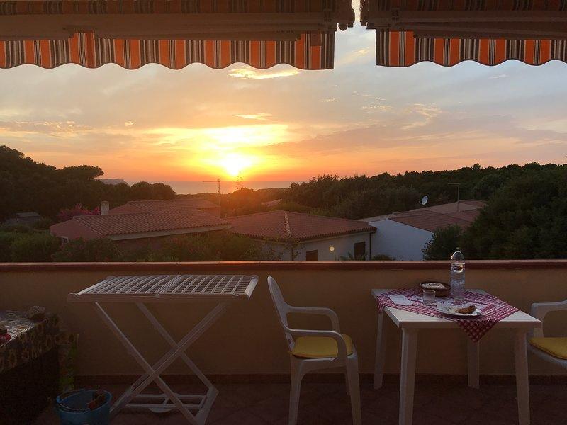 Appartamento tra granito e mare blu 2/4 pax + per, holiday rental in Aglientu