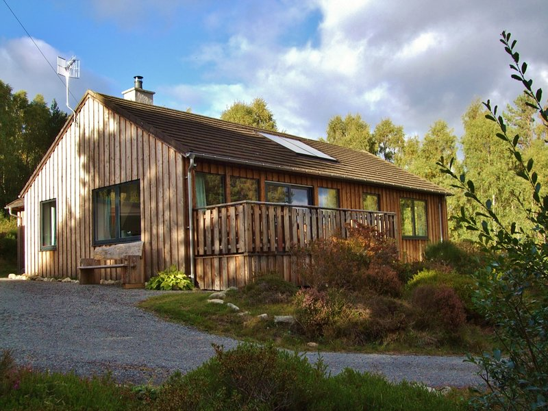 Bright, cycle-friendly, cosy cottage in Cairngorms National Park, vacation rental in Boat of Garten