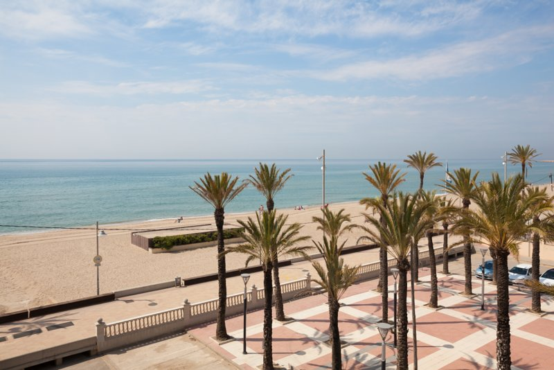BEACH FRONT SPACIOUS HIGH APARTMENT, holiday rental in Sant Salvador