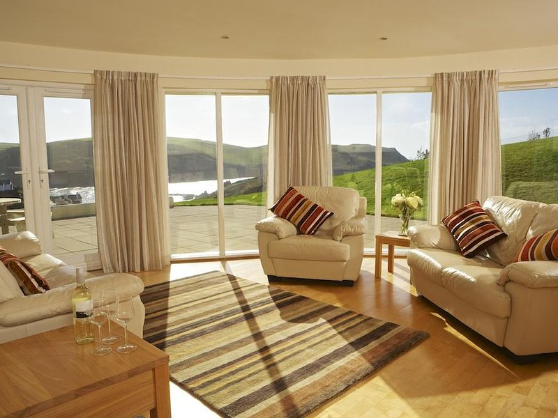 2 SEA GARDENS, 3 bedroom, spacious modern apartment, stunning views, large, holiday rental in Hope Cove