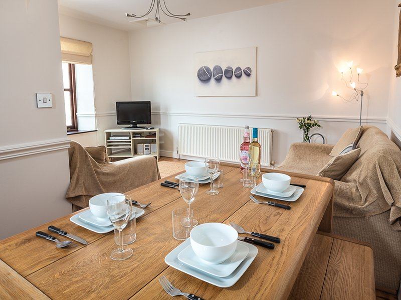 2 ARMADA HOUSE, waterside position, a couple of yards from the beach and, vacation rental in Salcombe