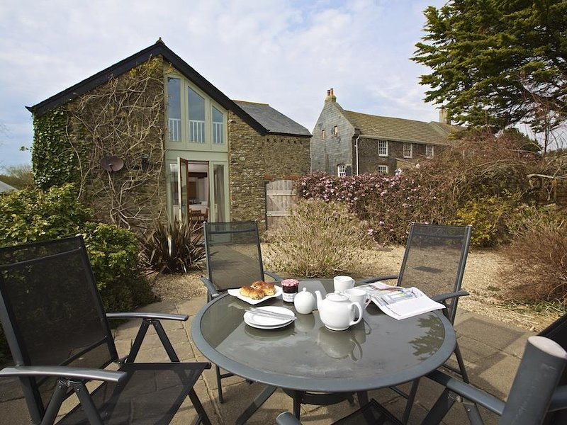 STABLE END COTTAGE, walled terrace, barbecue, rural views, baby friendly, vacation rental in Bolberry