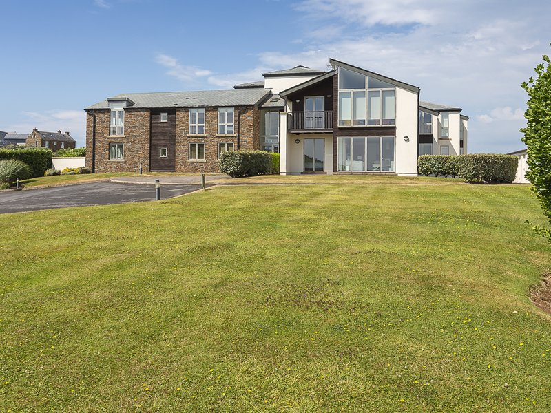2 OCEAN'S EDGE, ground floor apartment, close to sandy beaches, open plan, holiday rental in Hope Cove