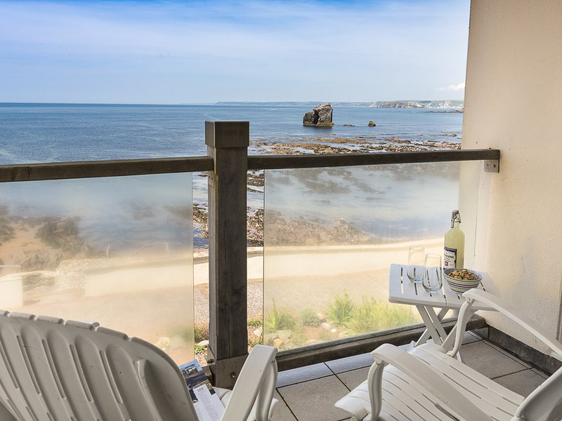 3 THURLESTONE ROCK, shared swimming pool, balcony, sea views, pet-friendly, holiday rental in Hope Cove