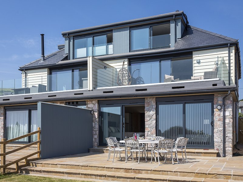 THE LOBSTER POT, seaside location, stunning sea views, dog-friendly, balcony, vacation rental in Beesands