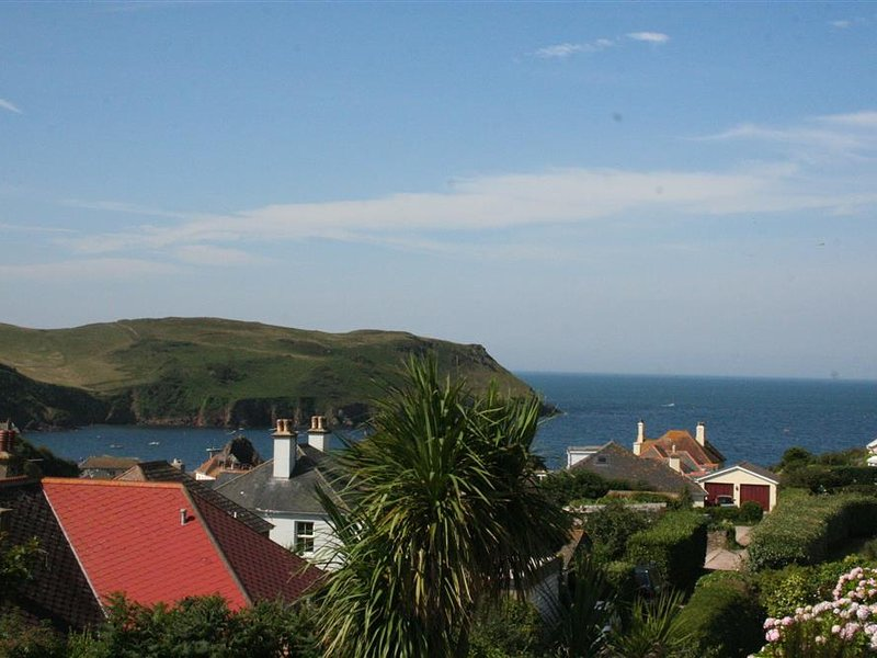 HARMUR, dog-friendly, seaside location, sea and countryside view, vacation rental in Salcombe