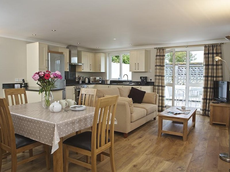 4 WEST PARK MEWS, pet-friendly, wifi, parking, near beaches, garden and terrace, holiday rental in Hope Cove