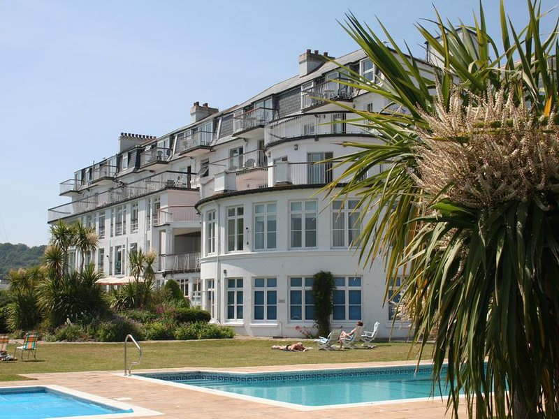 1 THE SALCOMBE, ground floor waterside apartment, communal outdoor pool and, holiday rental in East Portlemouth