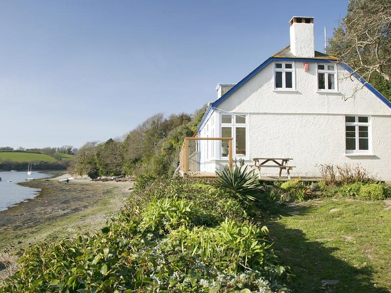 SOUTHCLIFFE, dog-friendly, estuary/country views, balcony, garden, vacation rental in Kingsbridge