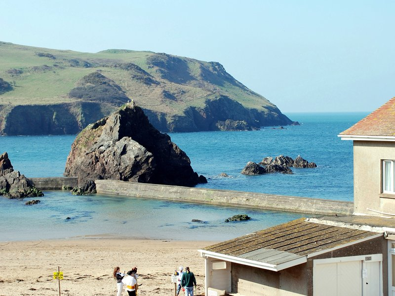 4 Armada House, apartment on 2 floors, beach is very close, cliff walks, holiday rental in Hope Cove