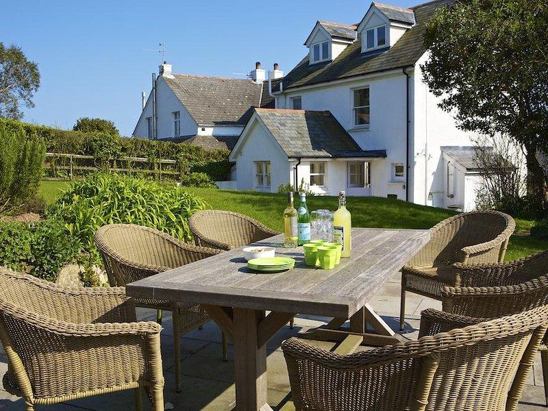WARREN COTTAGE, country/distant sea views, acces to coastal path, garden, location de vacances à Strete