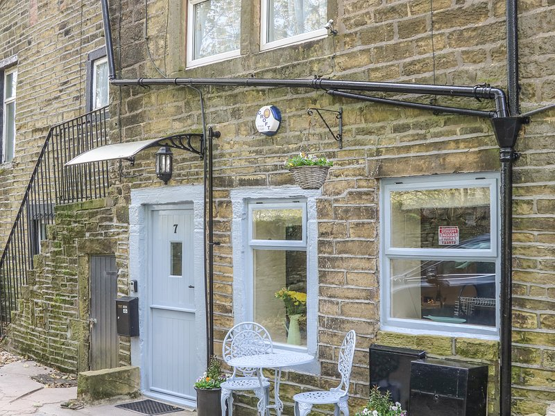 DOVE COTTAGE, pet-friendly, romantic retreat, in Haworth, 988513, location de vacances à Oldfield