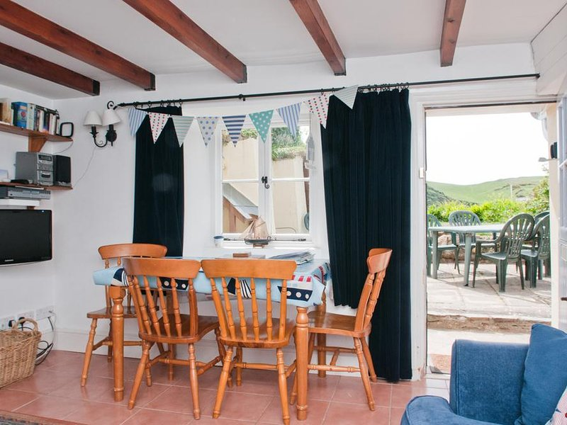 QUAY COTTAGE (HOPE COVE), sea view, coastal setting, garden/terrace, cosy, holiday rental in Hope Cove