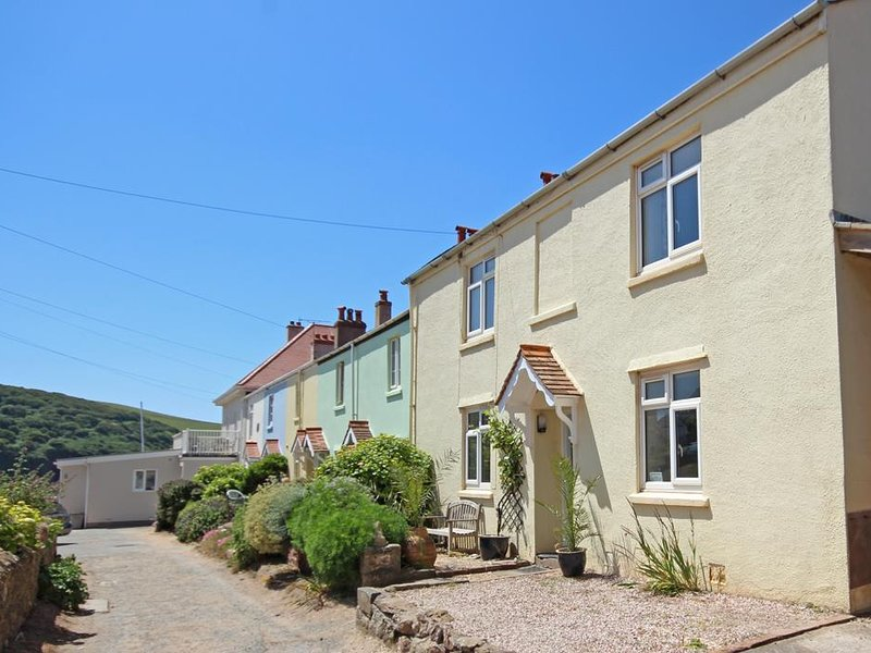 OSBORN HOUSE, dog-friendly, enclosed garden, sea views, beach close by, holiday rental in Hope Cove